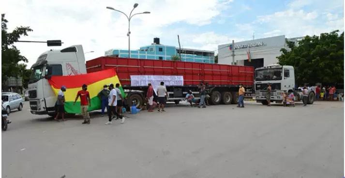 Dois caminhões impedem o tráfego de veículos de cargas do lado da Bolívia (Foto: Leonardo Cabral / Diário Corumbaense)