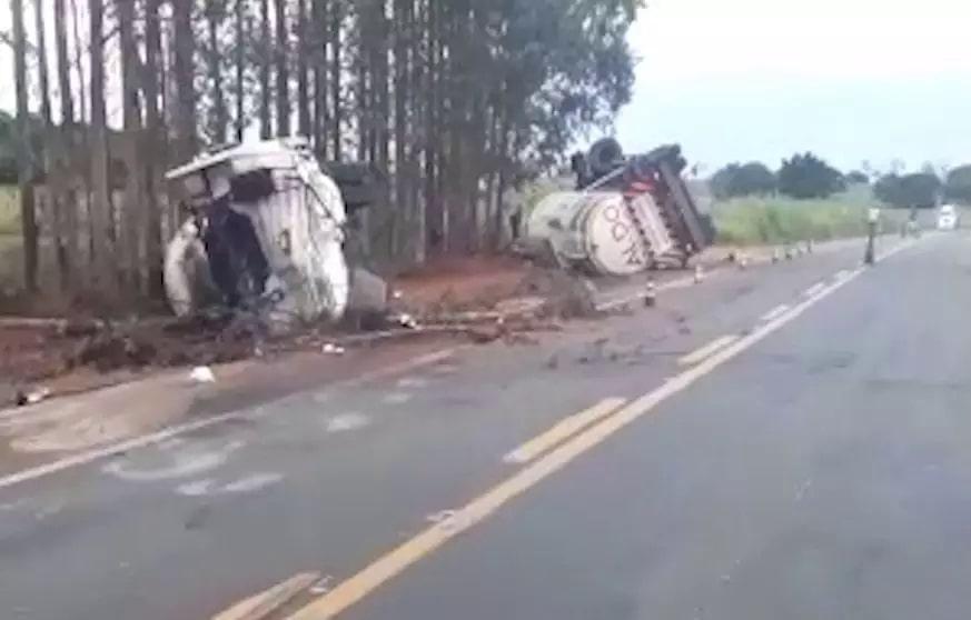 Veículo ficou destruído às margens da rodovia. (Foto: Direto das Ruas)