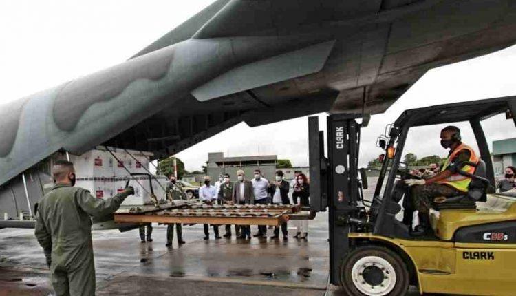 Momento da chegada das vacinas na Base Aérea de Campo Grande (ACS)