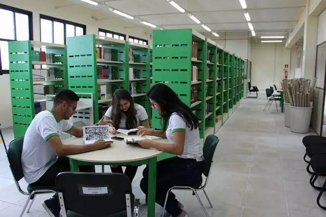 Alunos do instituto estudando na biblioteca. (Foto: Divulgação/IFMS)