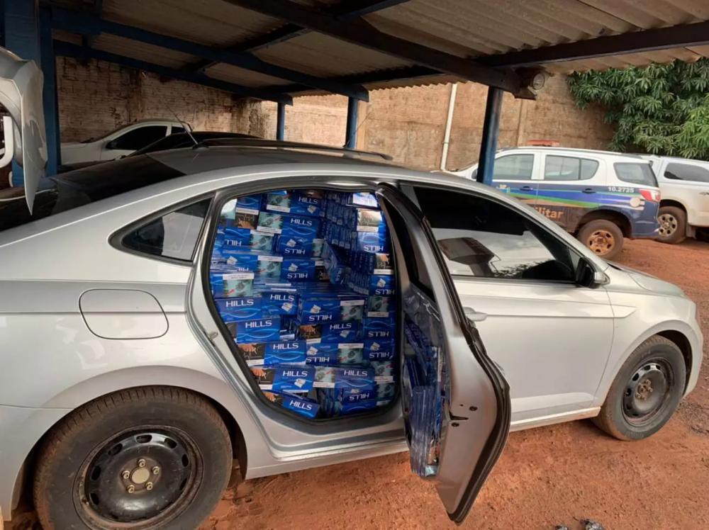 Veículos onde foram encontrados os maços de cigarros contrabandeados. (Foto: Polícia Militar)