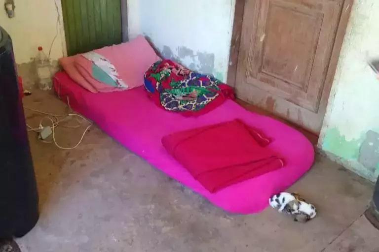 Jovem dormia em colchão no chão, na varanda de casa (Foto: Divulgação/5º BPM)