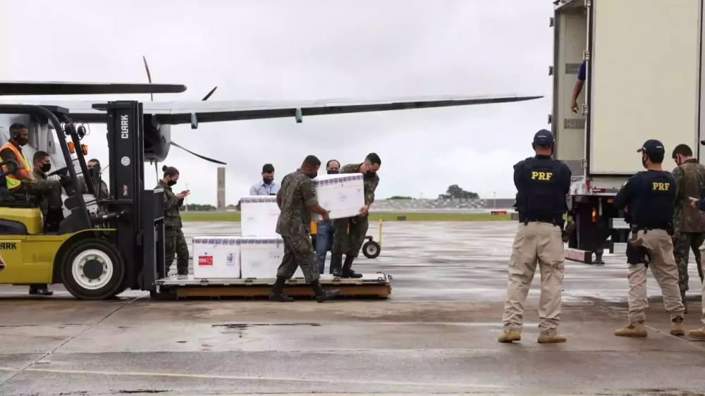 Imagem acima mostra a chegada da primeira remessa de vacinas em Mato Grosso do Sul, ainda no dia 18 de janeiro deste ano (Foto: Paulo Francis/Arquivo)