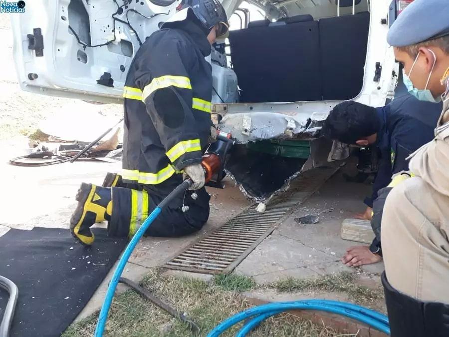 O bombeiro abriu o compartimento usado para esconder as drogas, que estava perto das ferragens do carro. (Foto: Nova Notícias/Corpo de Bombeiros)