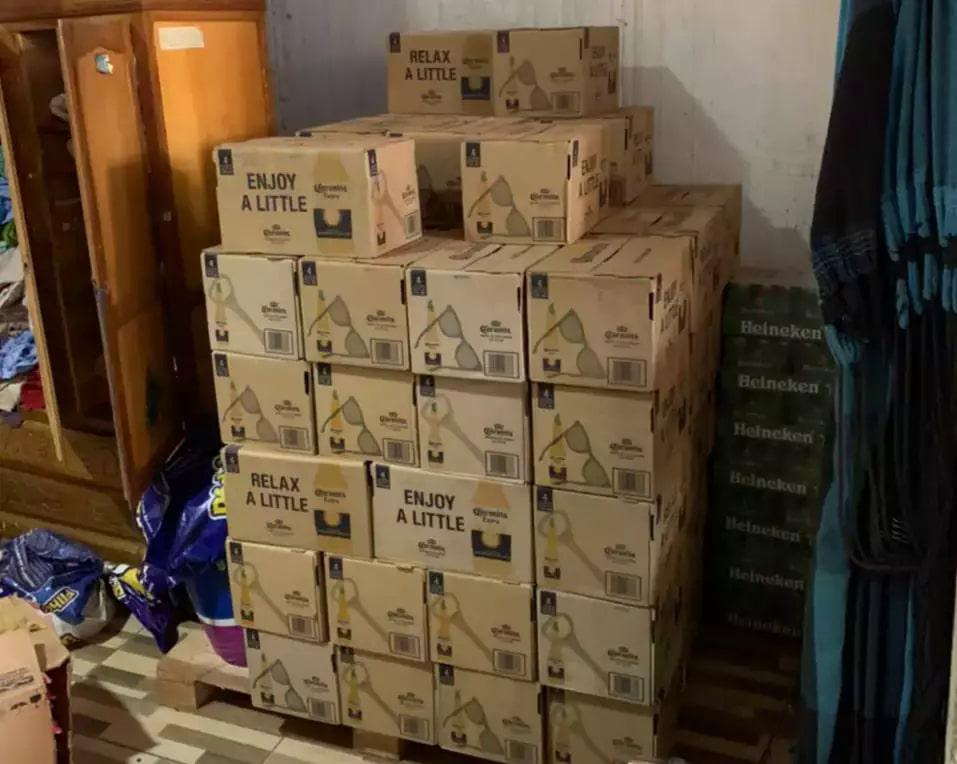 Carga de cervejas Corona contrabandeada foi encontrada em um dos endereços alvo da operação (Foto: Receita Federal/Divulgação)