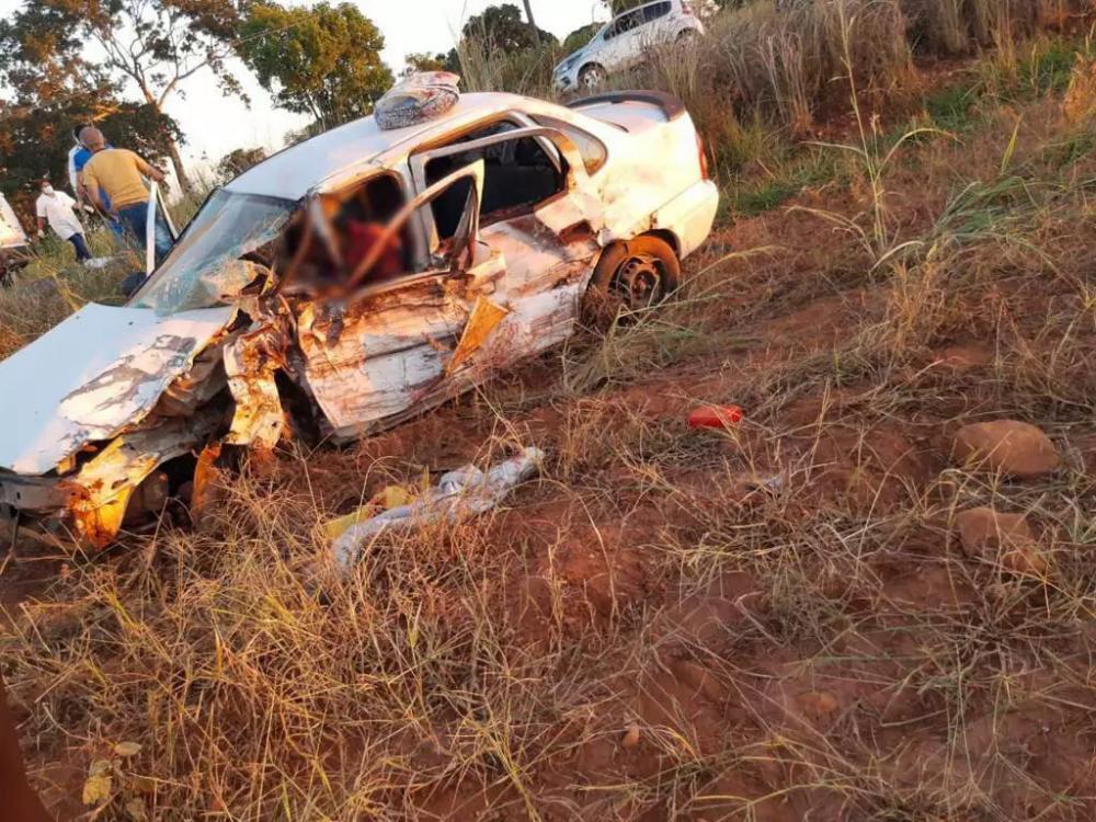 Corsa ficou destruído e condutor morreu no local, antes da chegada do resgate. (Foto: Direto das Ruas)