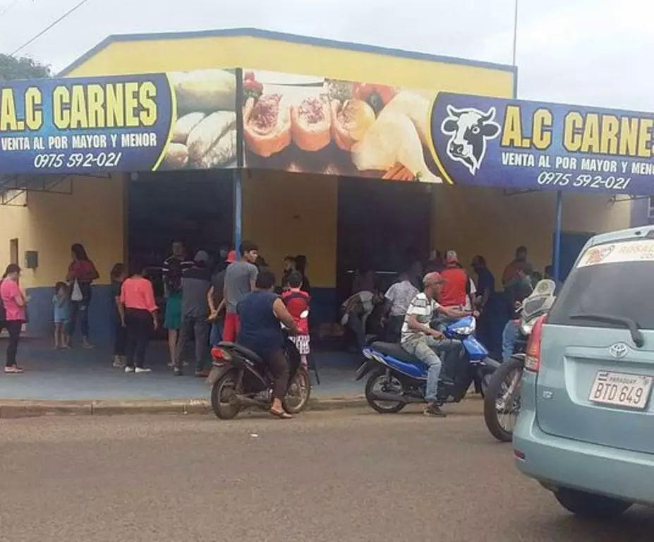 Movimentação no açougue onde homem foi ferido a tiros hoje em Pedro Juan (Foto: ABC Color)