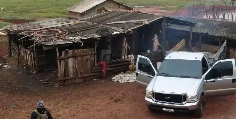 Local onde funcionava abatedouro irregular em chácara. (Foto: Polícia Civil)