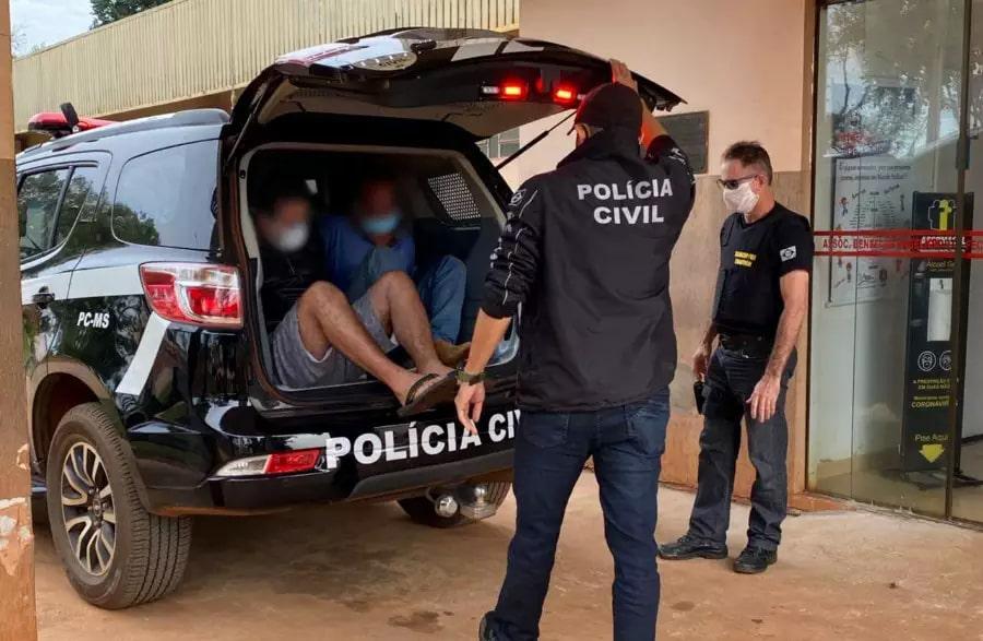Acusados dentro da viatura sendo levados para exame de corpo delito. (Foto: Ivinoticias)