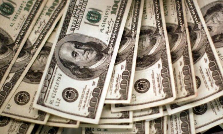 Dólar fecha no menor patamar desde junho de 2020, com avanço da taxa de juros no Brasil