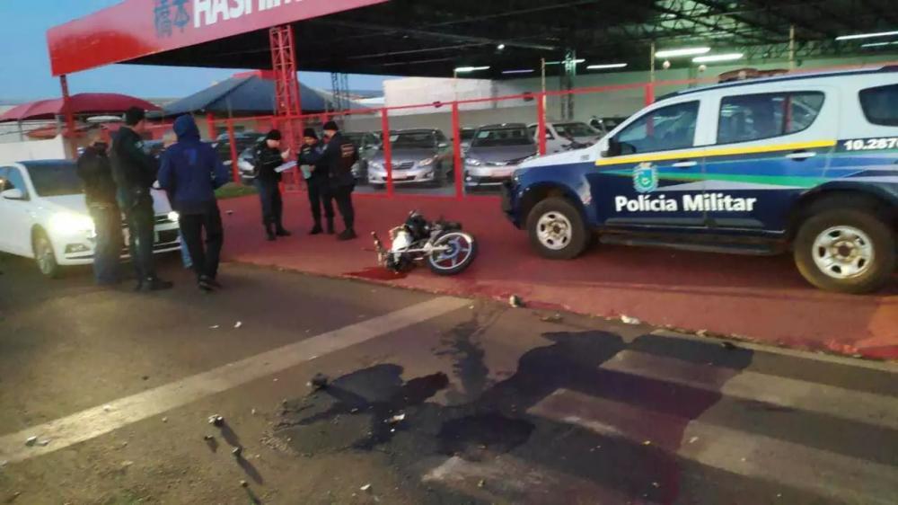 Policiais no local do acidente com morte; moto foi parar sobre a calçada (Foto: Adilson Domingos)