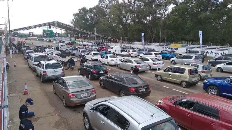 Filas de carros em drive-thru de vacinação montado no autódromo da capital paraguaia (Foto: ABC Color)