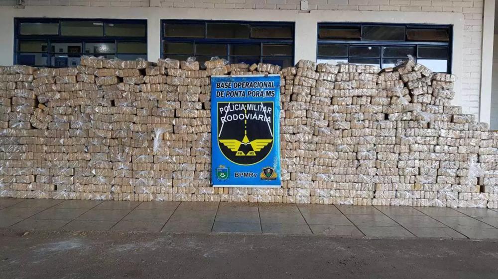 Tabletes de droga foram apreendidos e levados para a Delegacia da Polícia Federal. (Foto: PMR)