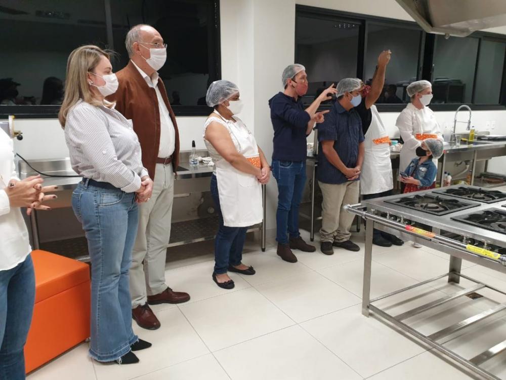 Prefeito Hélio Peluffo e primeira-dama, Vânia Peluffo, participaram do encerramento do curso