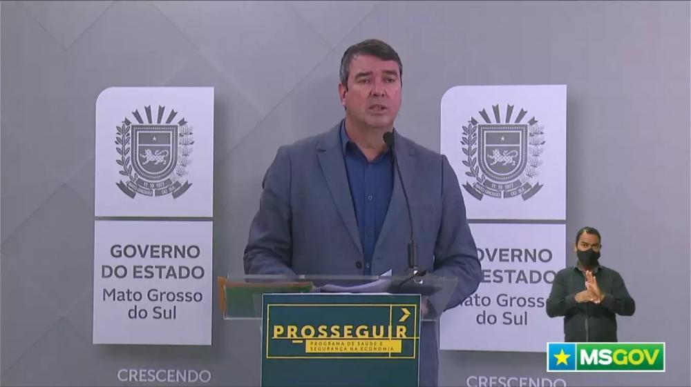 Presidente do comitê gestor do Prosseguir, Eduardo Riedel, durante coletiva nesta manhã. (Foto: Reprodução/Governo de MS)