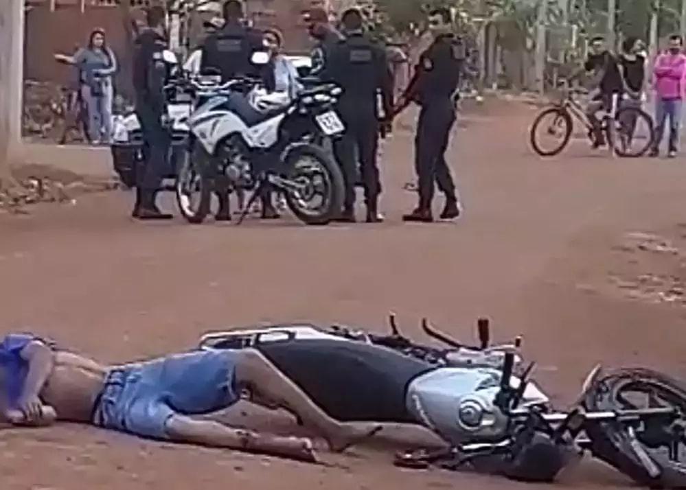 Rapaz foi atingido em dois lugares durante fuga da polícia e caiu da moto (Foto: Região News)