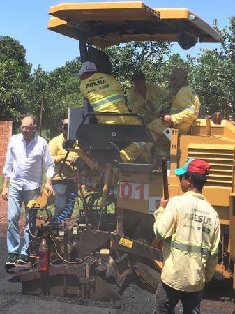 Asfalto chega e moradores comemoram no Marambaia