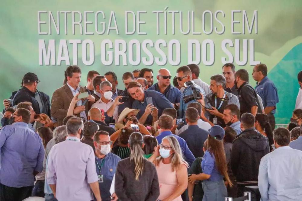 Em uma das visitas ao Estado, neste ano, Bolsonaro entregou títulos de terras em Terenos. (Foto: Henrique Kawaminami)