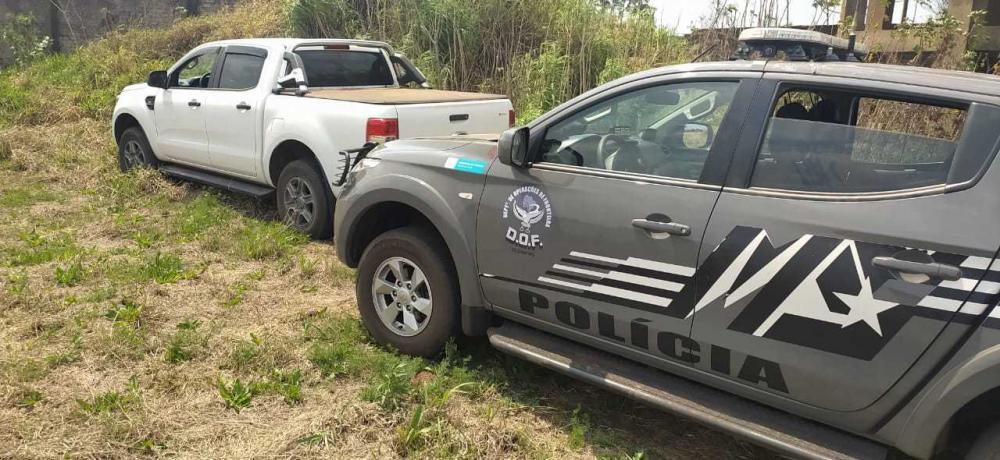 Viatura do DOF atrás da caminhonete apreendida com o suspeito. (Foto: Divulgação)