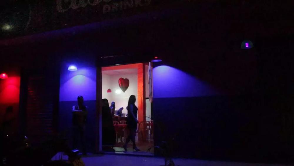 Boate com mulheres e segurança na porta é cena trivial na noite de Ribas do Rio Pardo. (Marcos Maluf)