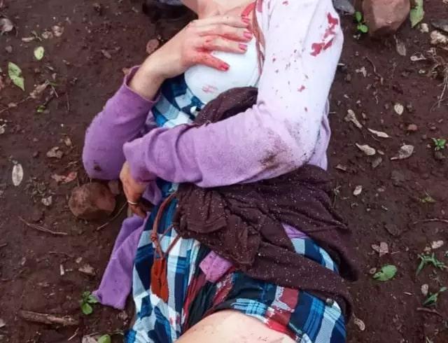 Cinthia momentos depois de ser esfaqueada por adolescente, hoje na fronteira (Foto: Direto das Ruas)