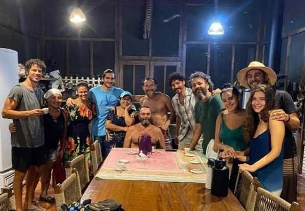 Imponência do cantor sobre a equipe é registrada em foto onde aparece sentado, centralizado e cercado por todos - (Foto: Reprodução, Instagram)