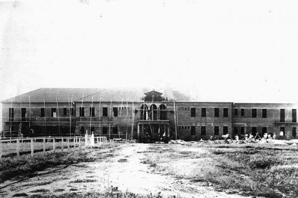 Imagem web divulgação. Foto da construção do prédio do 11º RCI década de 40. Primeiramente o nome do 11º RC era 17º RC. As obras do primeiro prédio do quartel iniciaram-se em 1909 (os pavilhões eram de madeira). Em 1932 passa-se chamar 11º RCI, posterior