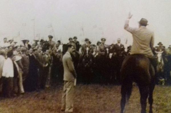 Foto épica de uma das muitas visitas do Presidente Getúlio Vargas à região de fronteira. Imagem publicada no livro Retratos de Uma Época p. 143.