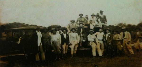 """Imagem publicada no livro de Luiz Alfredo Marques Magalhães. """"Flagrante de um grupo de revolucionários"""", que faziam o patrulhamento armado na região de fronteira, Aral Moreira comandava o grupo revolucionário divisionista, Aral Moreira foi um dos primeiro"""