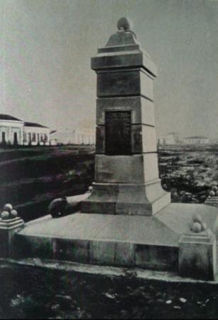 Foto web divulgação. Obelisco em homenagem a Taunay, em Nioaque.